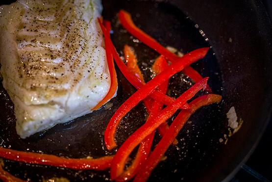 Créaline recette velouté légumes verts, dos de cabillaud et lamelles de poivron rouge