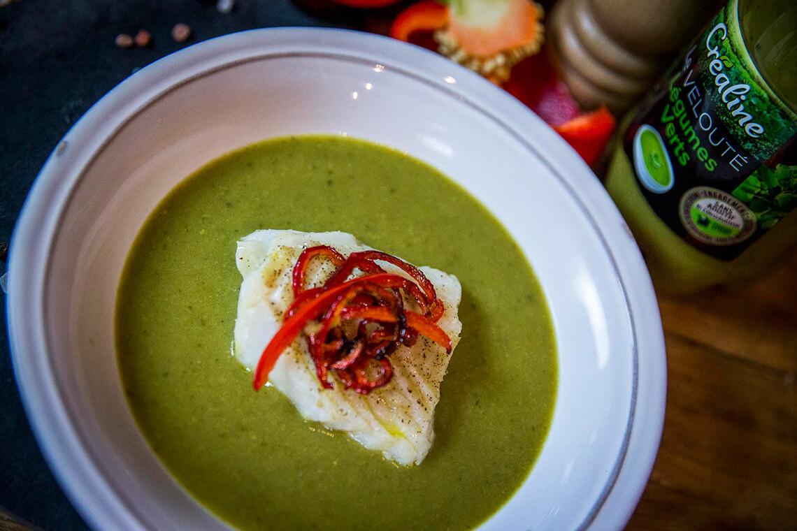 Velouté légumes verts, dos de cabillaud et lamelles de poivron rouge - L'atelier des recettes