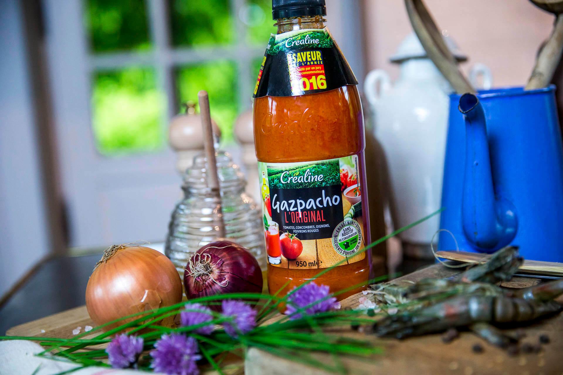 Créaline recette d'été gazpacho crème à la ciboulette et gambas cuites au miel et graines de sésame