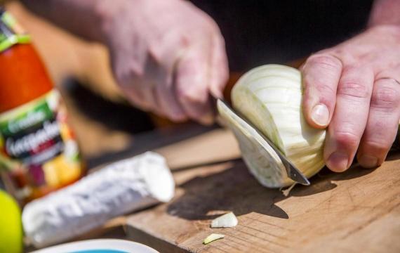 Créaline recette d'été gazpacho rubis au fromage de chèvre, fenouil et pomme croquante