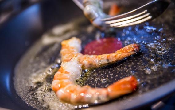 Créaline recette apéritive gazpacho crème à la ciboulette et gambas cuites au miel et graines de sésame