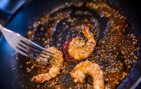 Créaline recette apéritif gazpacho crème à la ciboulette et gambas cuites au miel et graines de sésame