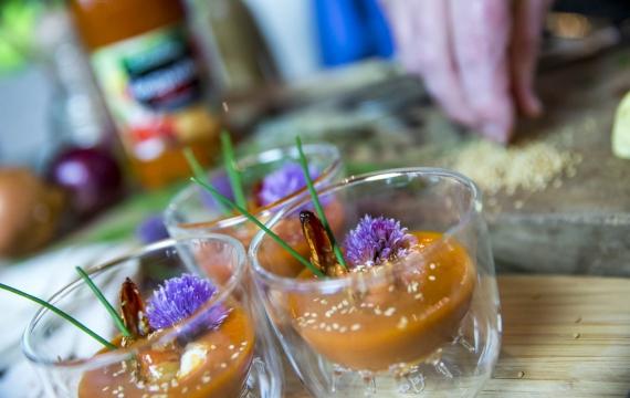 Créaline recette rafraichissante gaspacho crème à la ciboulette et gambas cuites au miel et graines de sésame