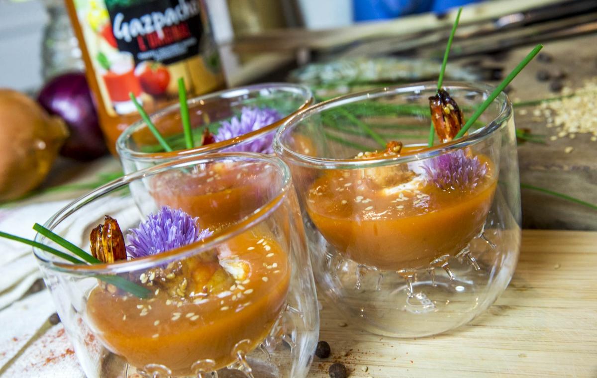 Créaline recette rafraichissante gazpacho crème à la ciboulette et gambas cuites au miel et graines de sésame